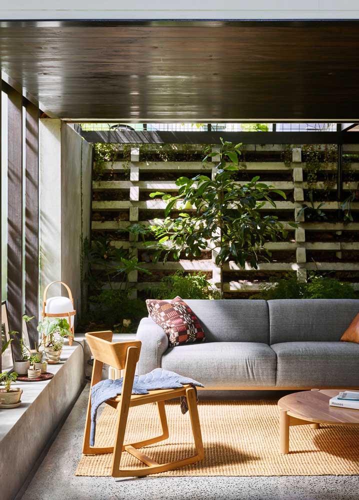 A sala muito bem iluminada pode contar com a sorte de um jardim vertical interno