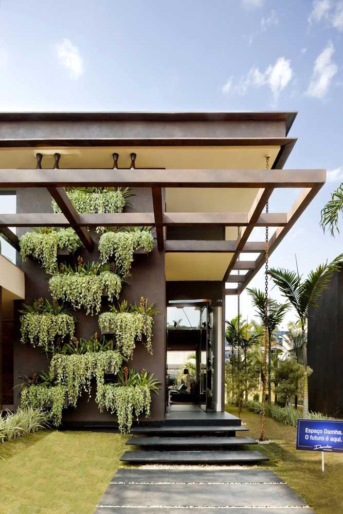 O jardim vertical externo garante uma outra cara para a fachada da casa