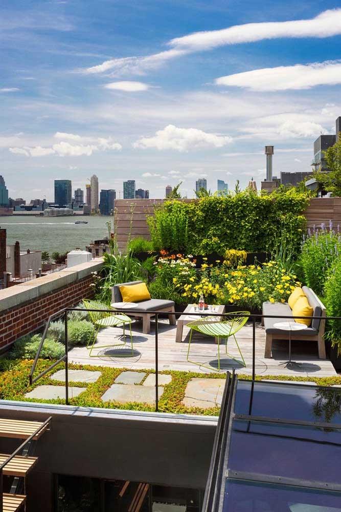 Quer espaço melhor aproveitado do que esse? O telhado da casa virou um telhado verde e, de quebra, uma área social
