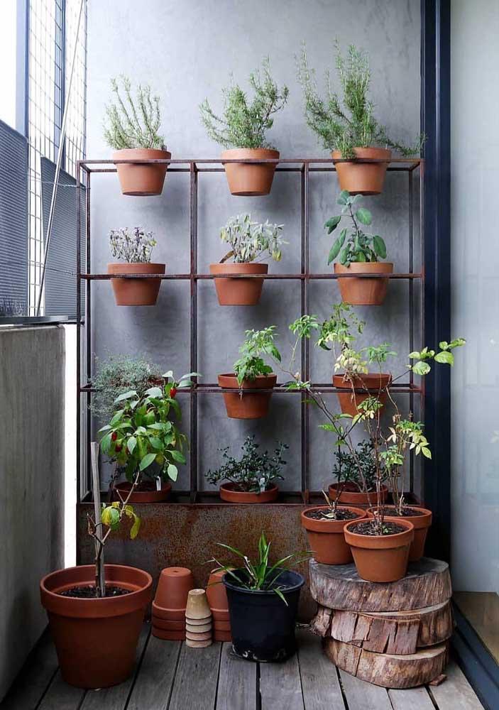 Para a varanda do apartamento, uma opção de jardim vertical feita com estante de ferro