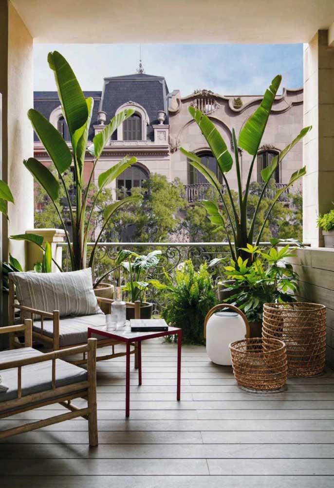 Nada como um jardim para trazer cor e vida à varanda do apartamento, mesmo que ele seja simples e pequeno, feito em vasos mesmo