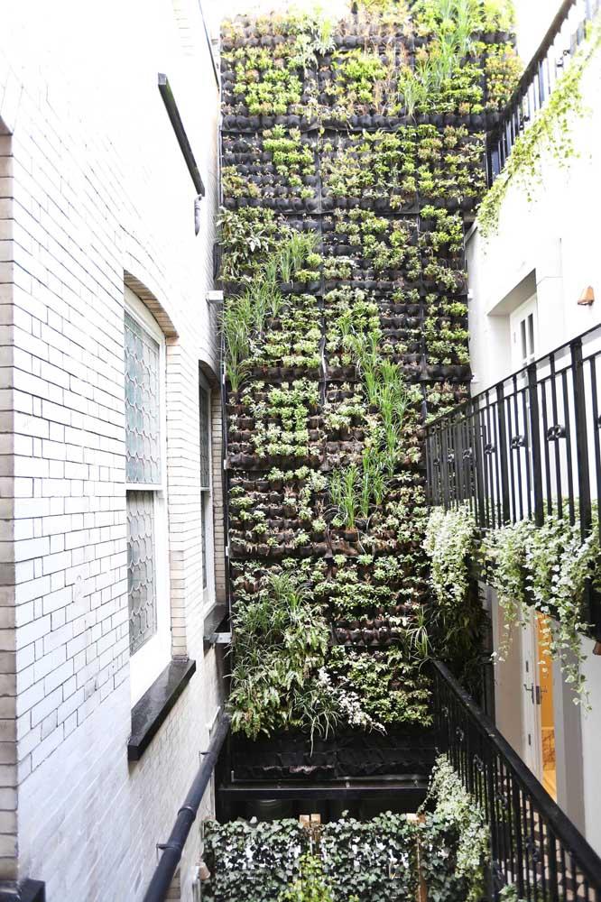 Aproveite o grande vazio deixado pelo pé direito alto para criar um jardim vertical