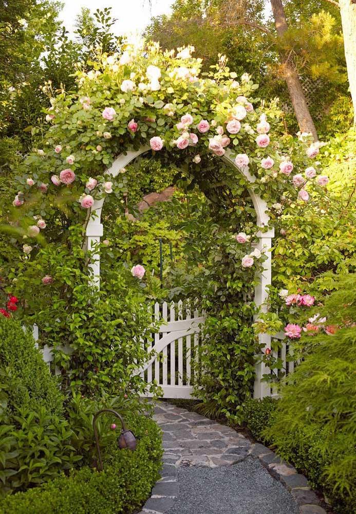Arco de rosas na entrada principal da casa; parece um sonho de tão lindo