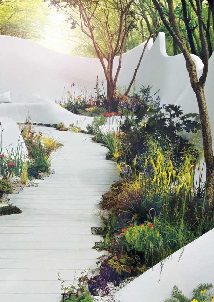 Lindo contraste entre o branco da área externa com o verde intenso das plantinhas do jardim simples