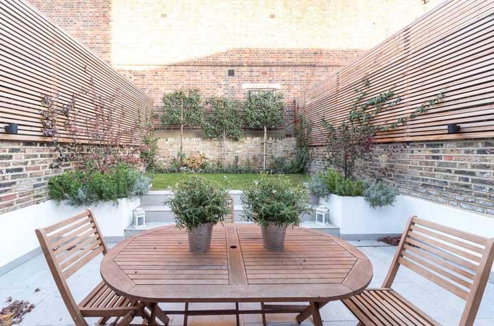 Jardim simples e rústico para compor a área dos fundos da casa