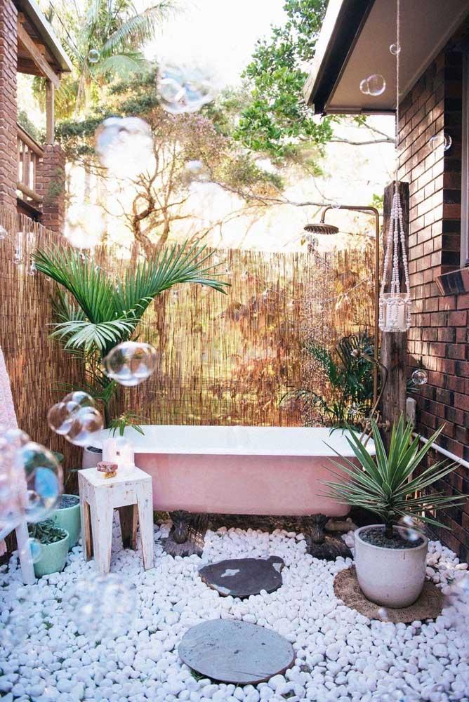 A ideia criativa aqui foi levar o banheiro para o jardim, literalmente! Contemplação e natureza no mesmo – pequeno - espaço
