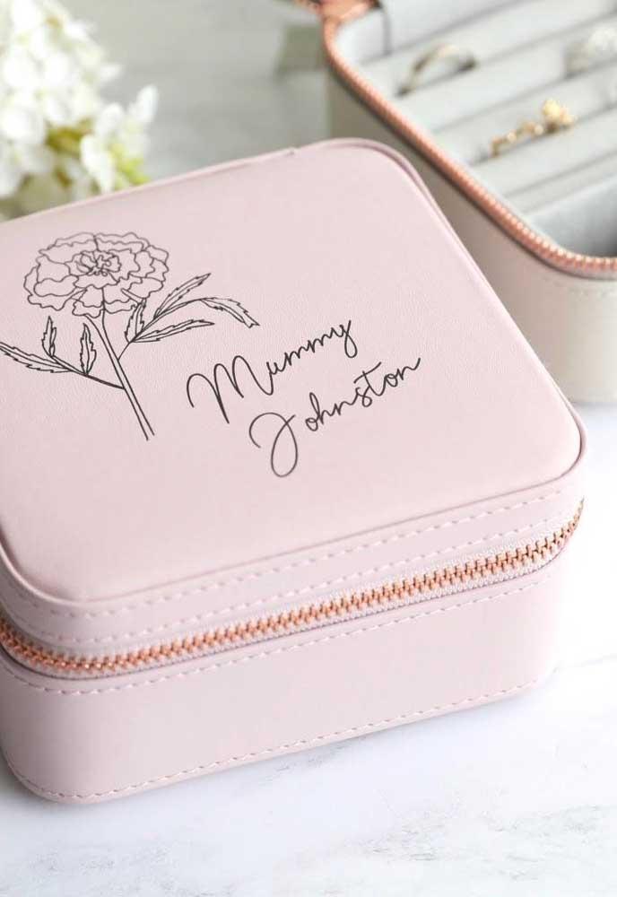 Mas se a intenção é entregar mais personalizado, essa bolsinha pode ser a lembrancinha perfeita para a sua mãe.