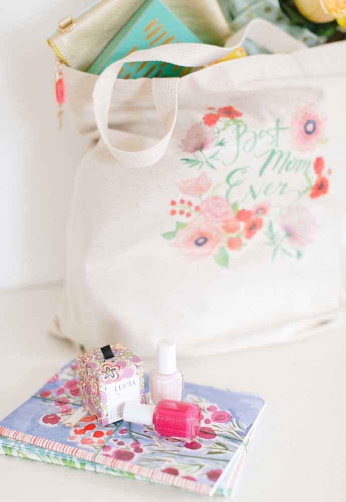 Para as mamães mais vaidosas, o ideal é presenteá-las com itens como maquiagem e kit manicure.