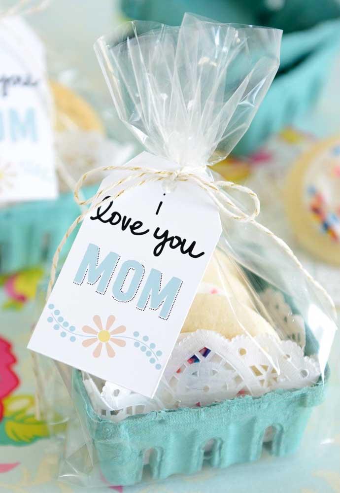 Quem não gosta de um presente que seja comestível? Você pode usar materiais recicláveis e colocar docinhos dentro.