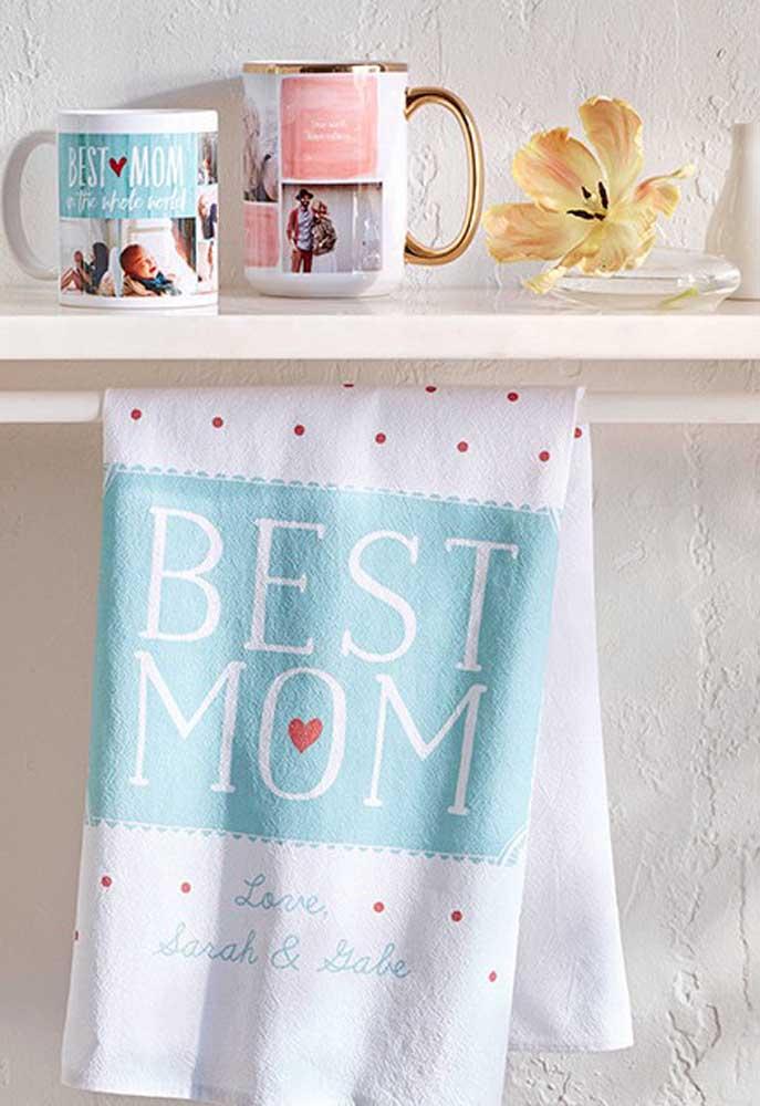 O que acha de fazer uma bela homenagem para a sua mamãe? Prepare uma toalha personalizada e entregue como lembrança dia das mães.
