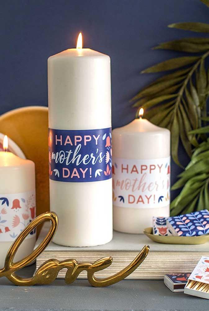 Para iluminar a vida das mamães, prepare lembrancinhas com velas personalizadas.
