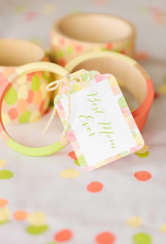 Que tal preparar uma pulseira estilosa para entregar como lembrança dia das mães?