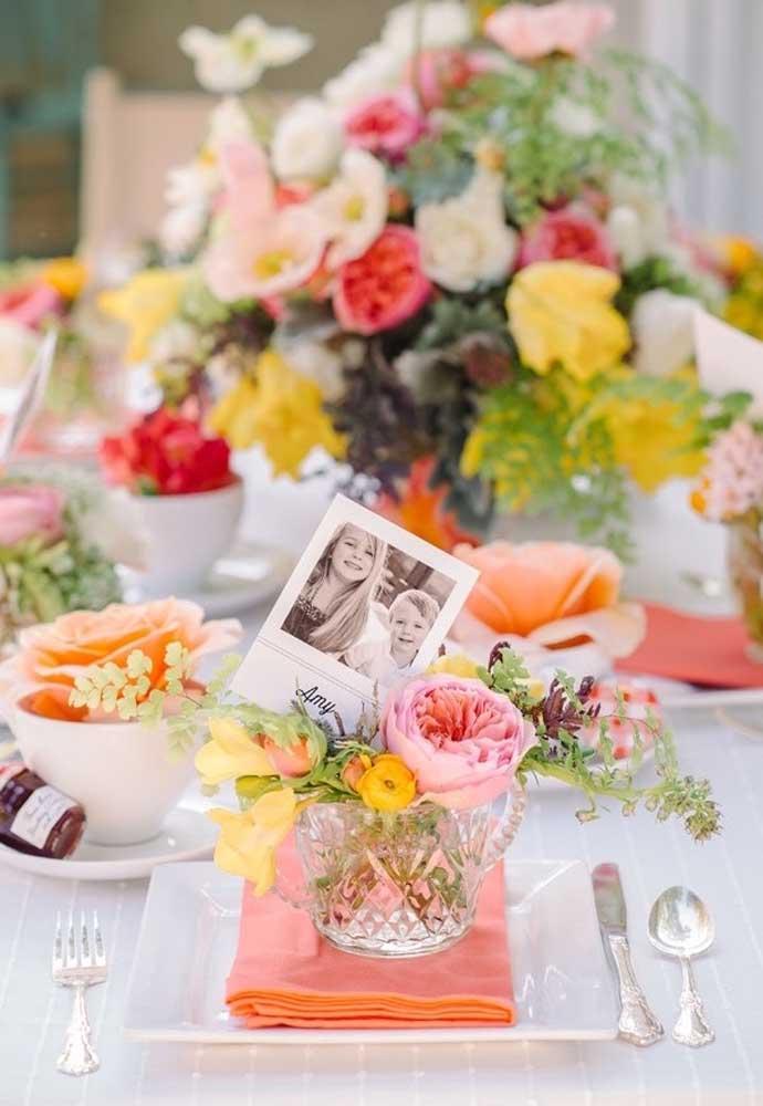 Prepare um vasinho de flores e coloque uma foto dos filhos para presentear as mamães no dia das mães.