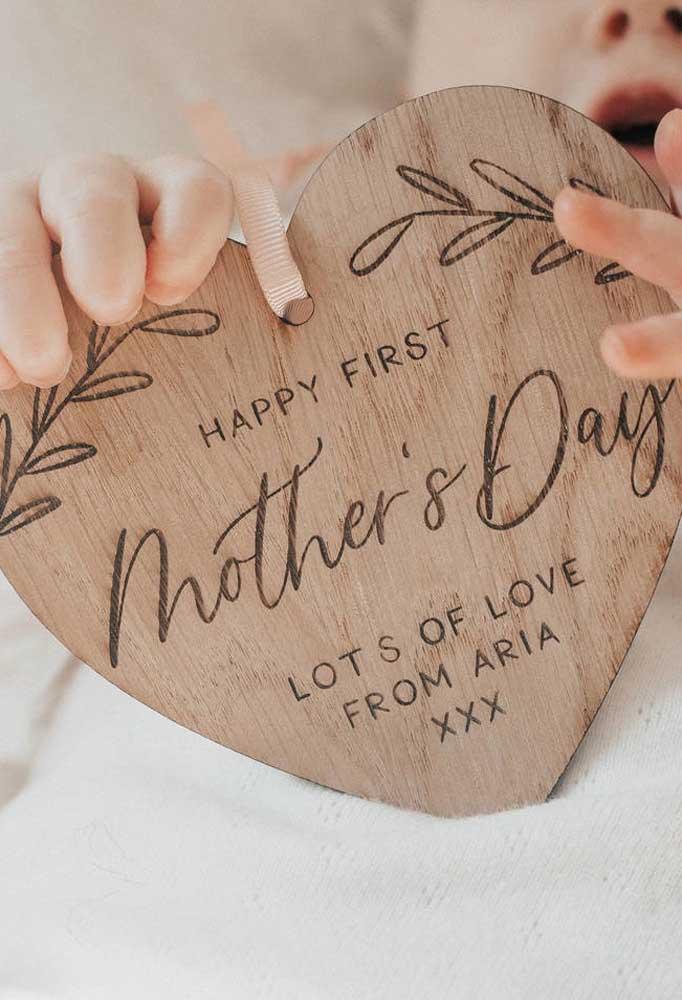 Se você deseja entregar um presente diferenciado no dia das mães, pode optar por objetos feitos de madeira.