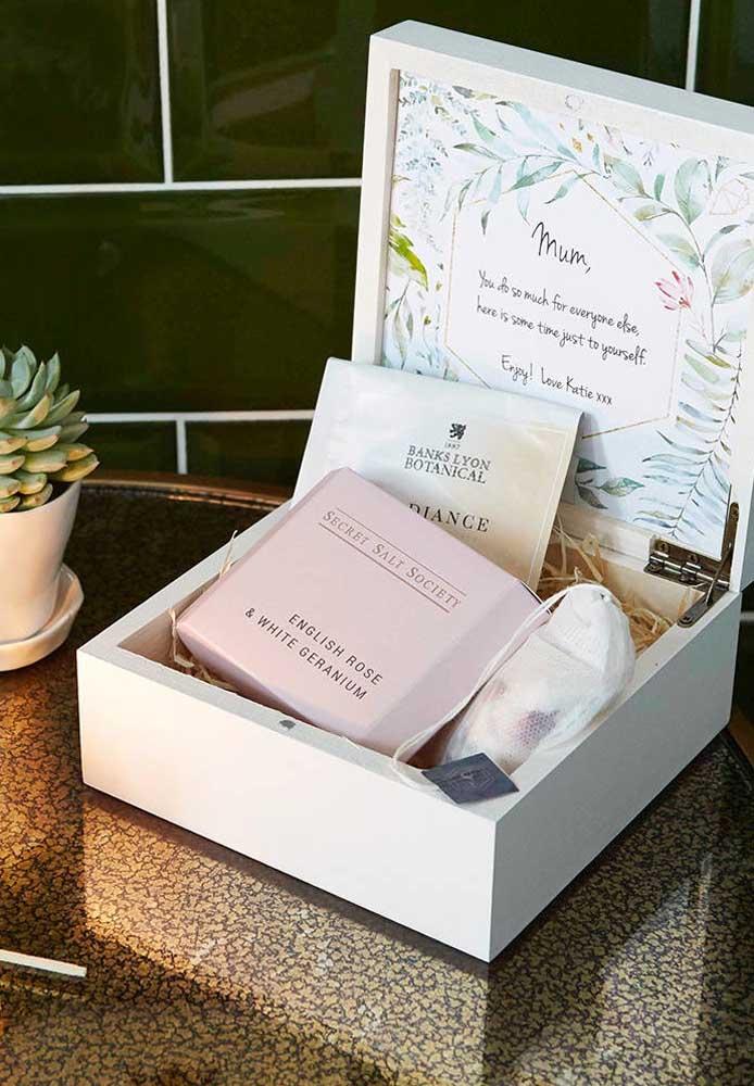 O que acha de preparar uma caixinha cheia de presentes surpresas para o dia das mães?