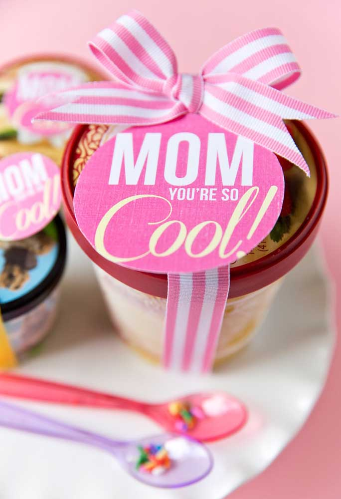 Agora se a sua mãe prefere algo comestível, entregue um potinho com alguma guloseima.