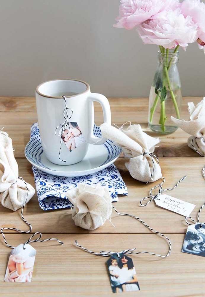 Quer fazer um presente mais simples para entregar como lembrança do dia das mães? Personalize as embalagens de chá.