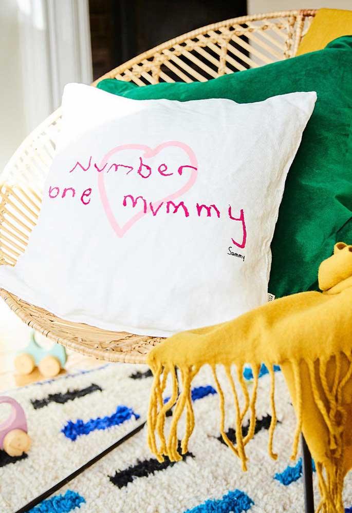 Mas se você quer arrasar no presente, que tal preparar uma almofada para a melhor mãe do mundo?