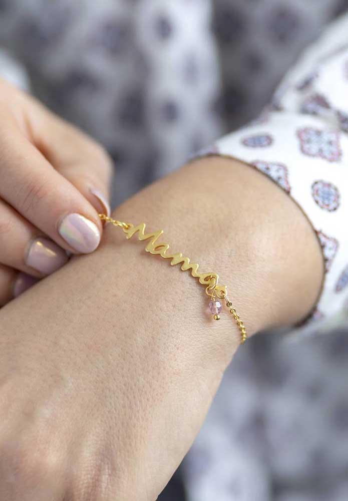 """Como uma linda pulseira personalizada com o nome """"Mãe""""."""