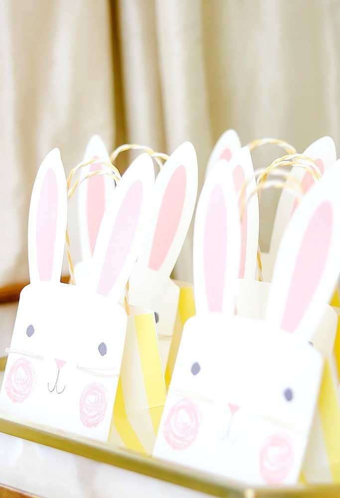 Que tal preparar uma sacolinha com a carinha do coelho da Páscoa? Você pode fazer tudo isso usando apenas papel.