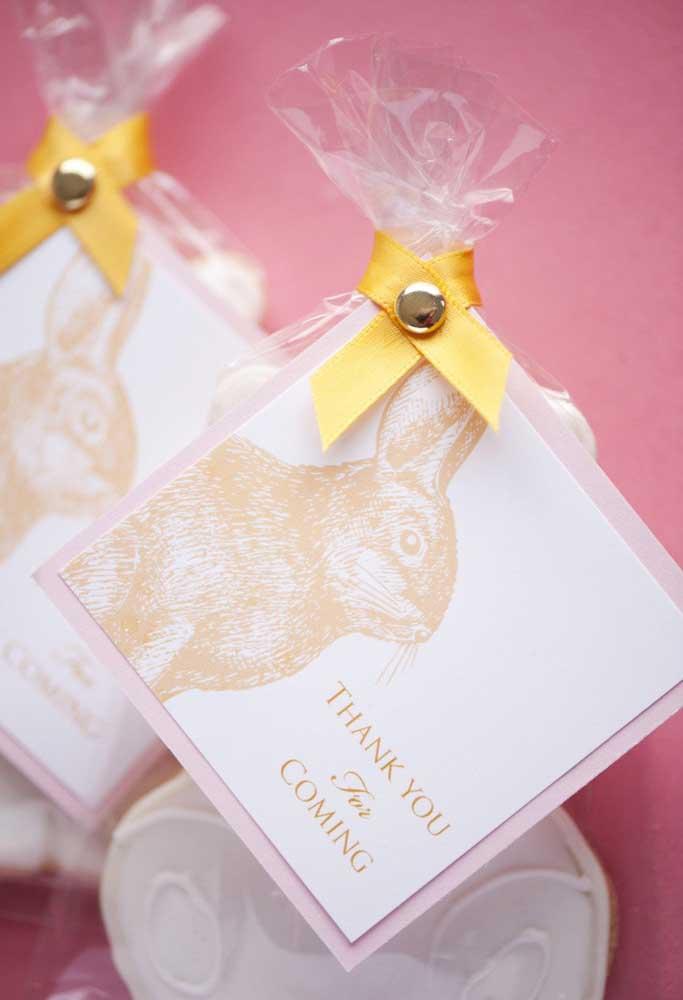 Para fazer uma lembrancinha personalizada, prepare cartões com a carinha do coelho e uma frase de agradecimento.