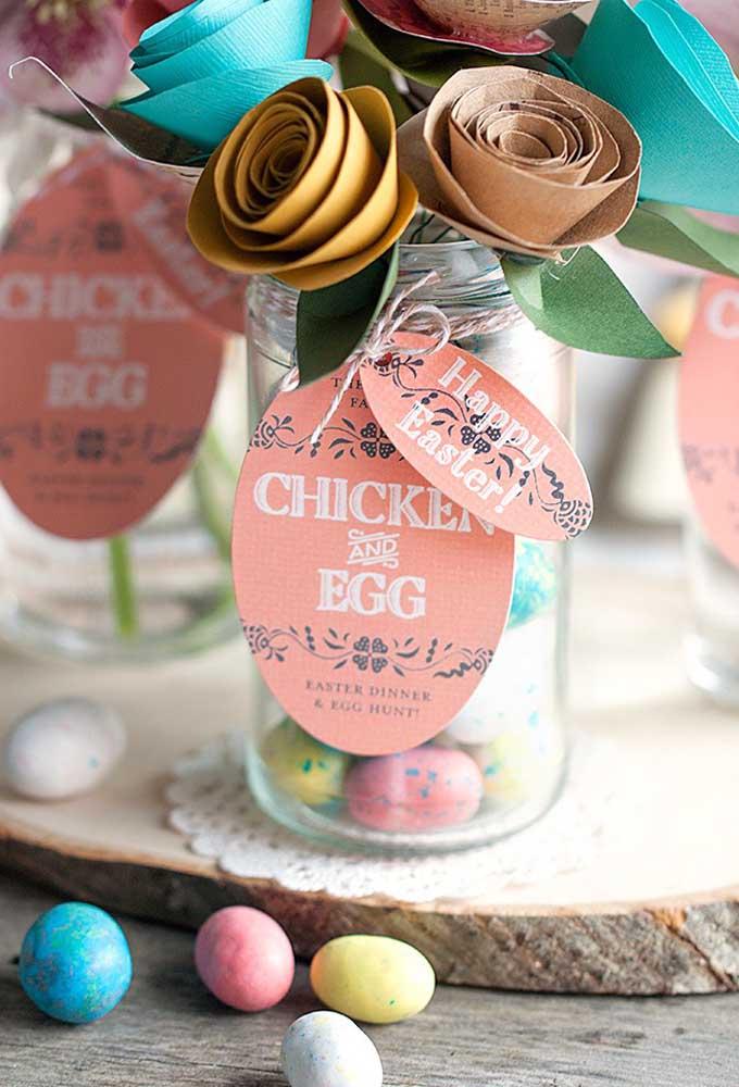 Encha um pote de vidro com vários ovos coloridos e enfeite com flores feitas de papel ou tecido.