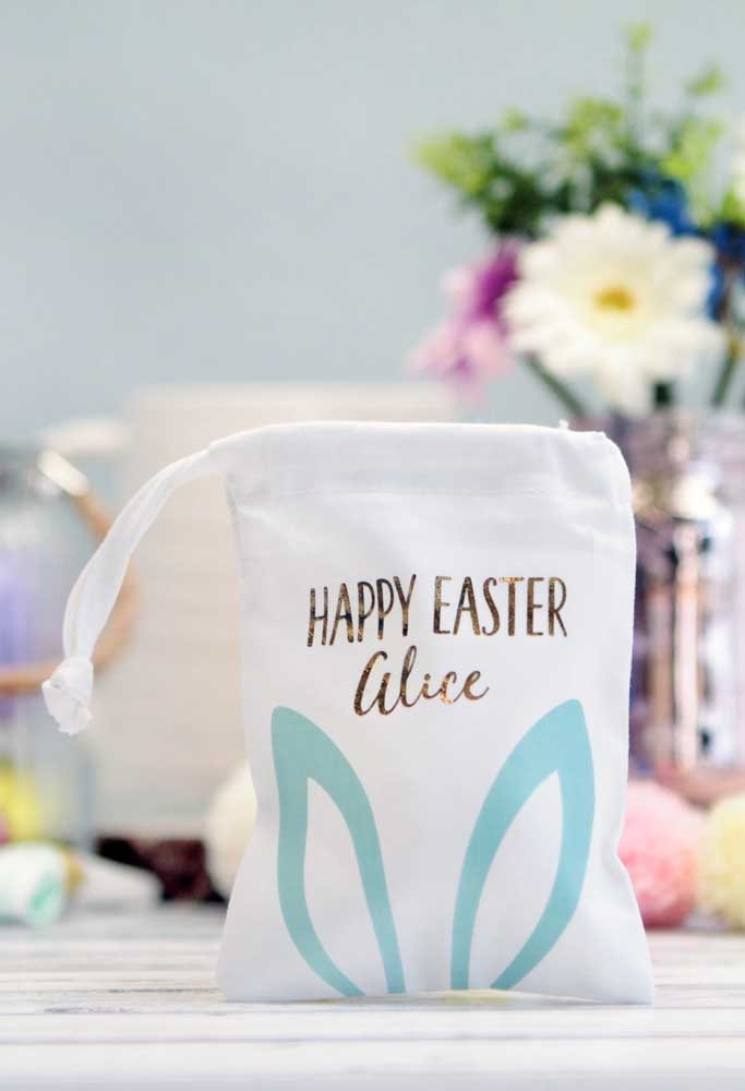 Que tal fazer uma lembrancinha mais personalizada? Prepare saquinhos de tecido com o nome de cada convidado.