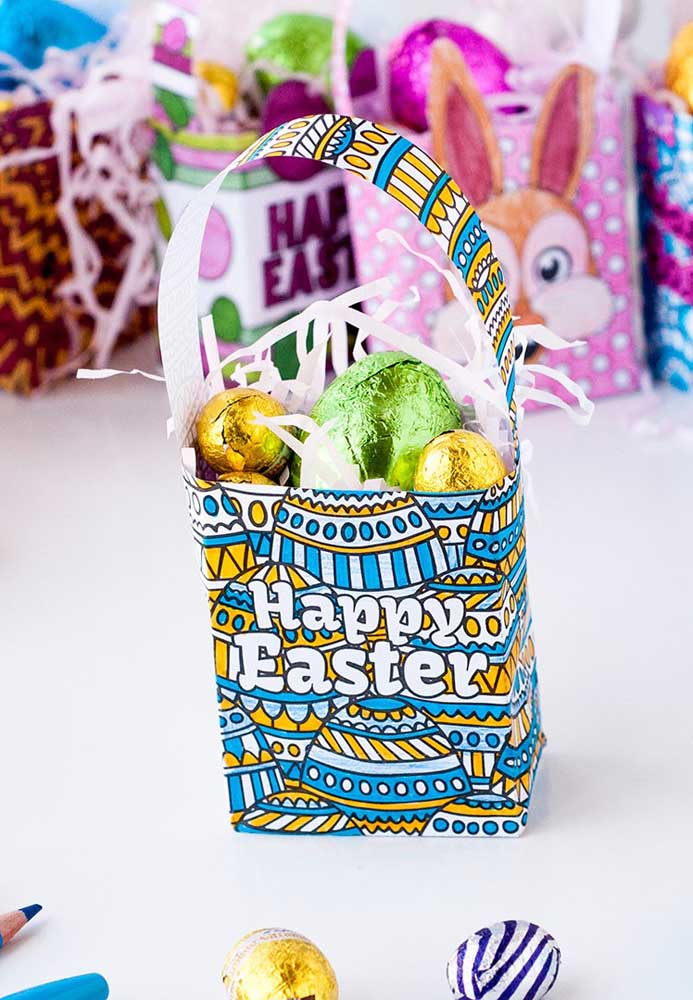 Se quiser algo mais simples, você pode preparar uma cesta de papel com estampa da Páscoa e encher de ovinhos de chocolate.