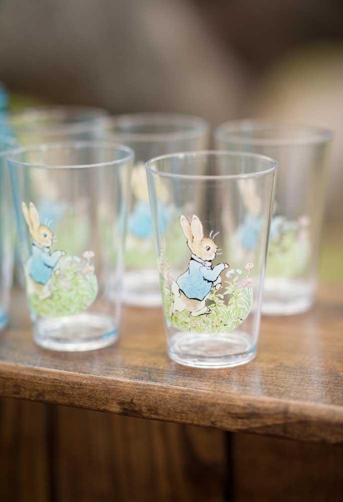 Os copos personalizados com a figura do coelhinho pode ser uma boa opção de lembrancinha de Páscoa para escola.