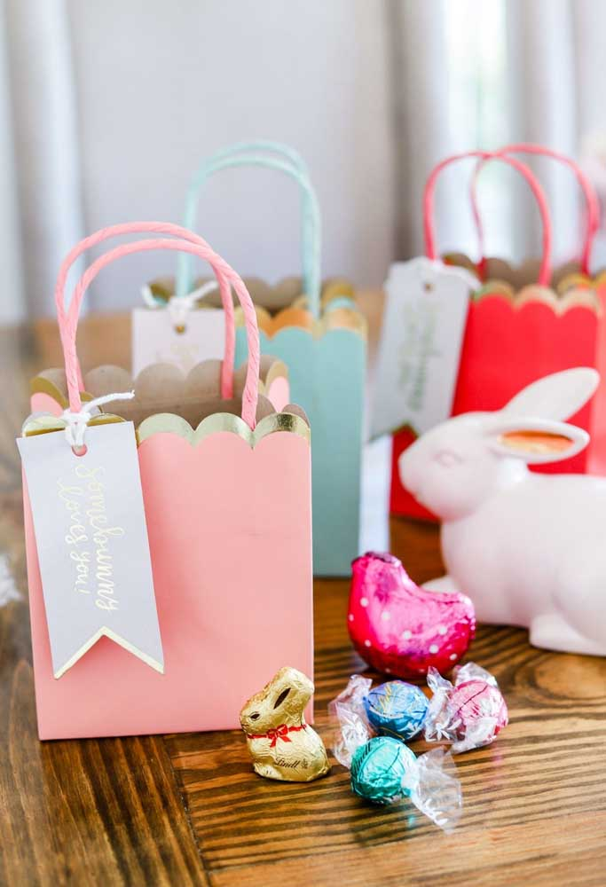 A maioria das lembranças de Páscoa é feita com papel, seja uma sacola, seja uma caixinha. O mais importante é que esteja cheia de guloseimas para os convidados se deliciarem.