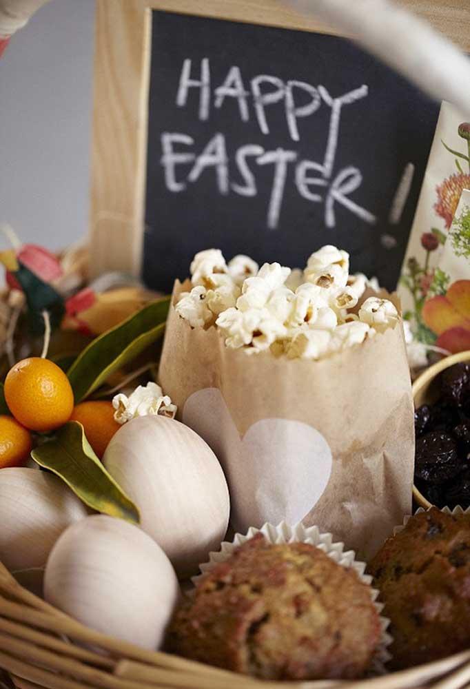 Quem quer uma cesta cheia de guloseimas como essa? Lembrança de Páscoa perfeita para entregar para a família.