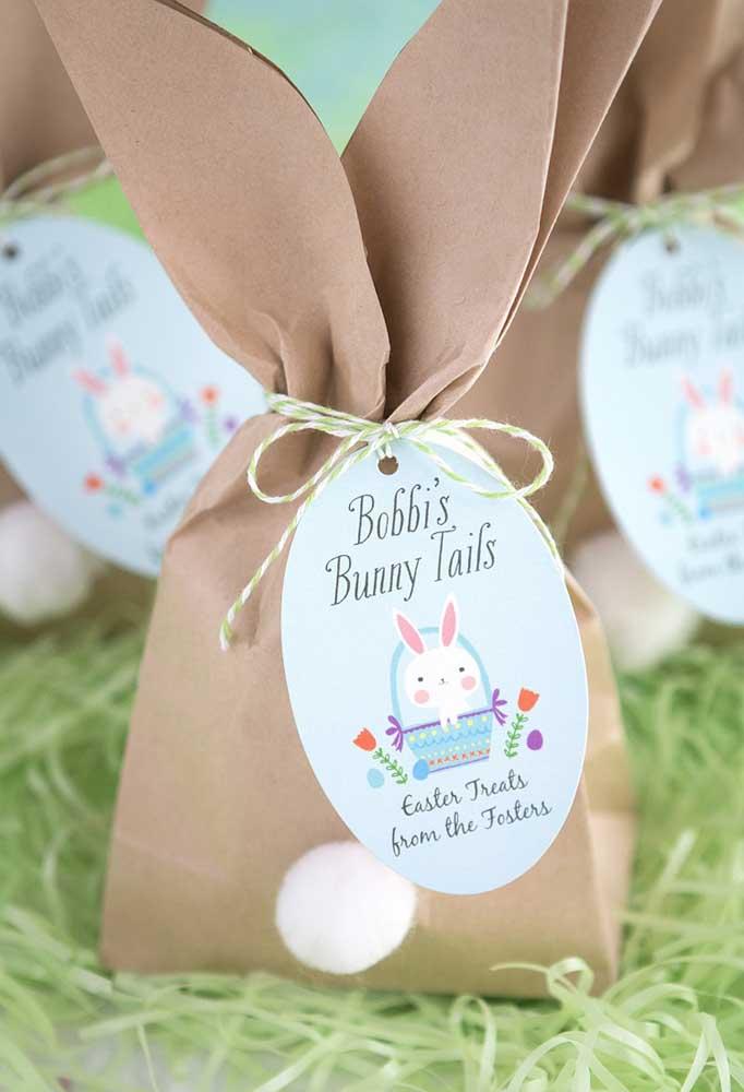 Que tal preparar o saquinho de lembrancinha no formato do coelhinho da Páscoa? Para personalizar, basta colocar uma etiqueta.
