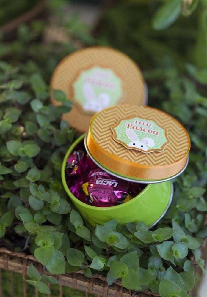 Se você estiver sem criatividade, compre latinhas em lojas de festa, cole um adesivo da Páscoa e encha de bombons de chocolate.
