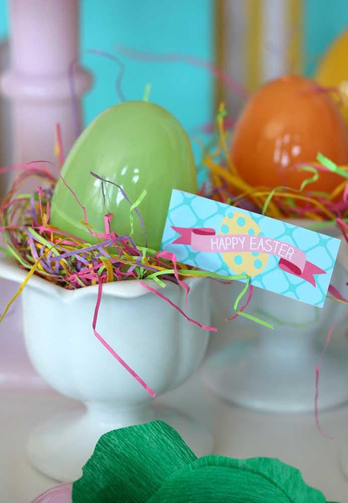 Quem quer ovo de Páscoa? Sirva os ovos em tacinhas e decore do seu jeitinho.