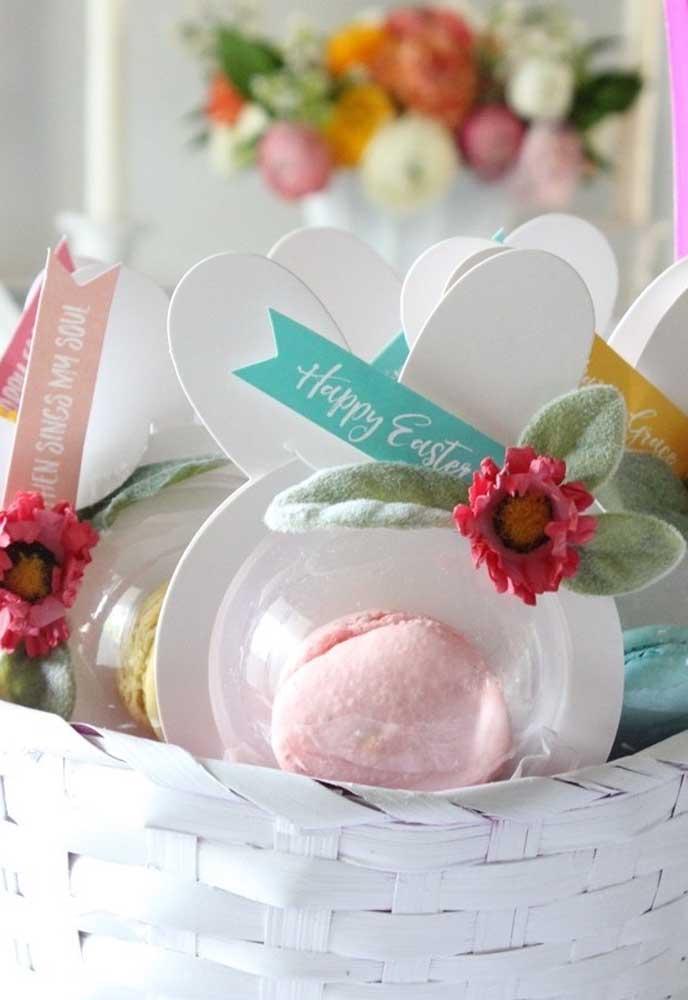 Você está sem ideia do que fazer como lembrancinha de Páscoa? Use uma embalagem no formato da carinha do coelho e coloque macaron dentro.