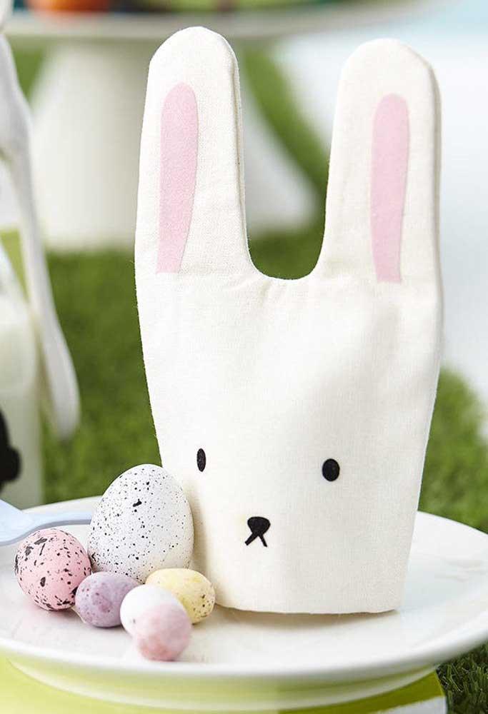 O coelhinho da Páscoa pode ser a opção de tema para preparar a lembrancinha de Páscoa para os seus convidados.