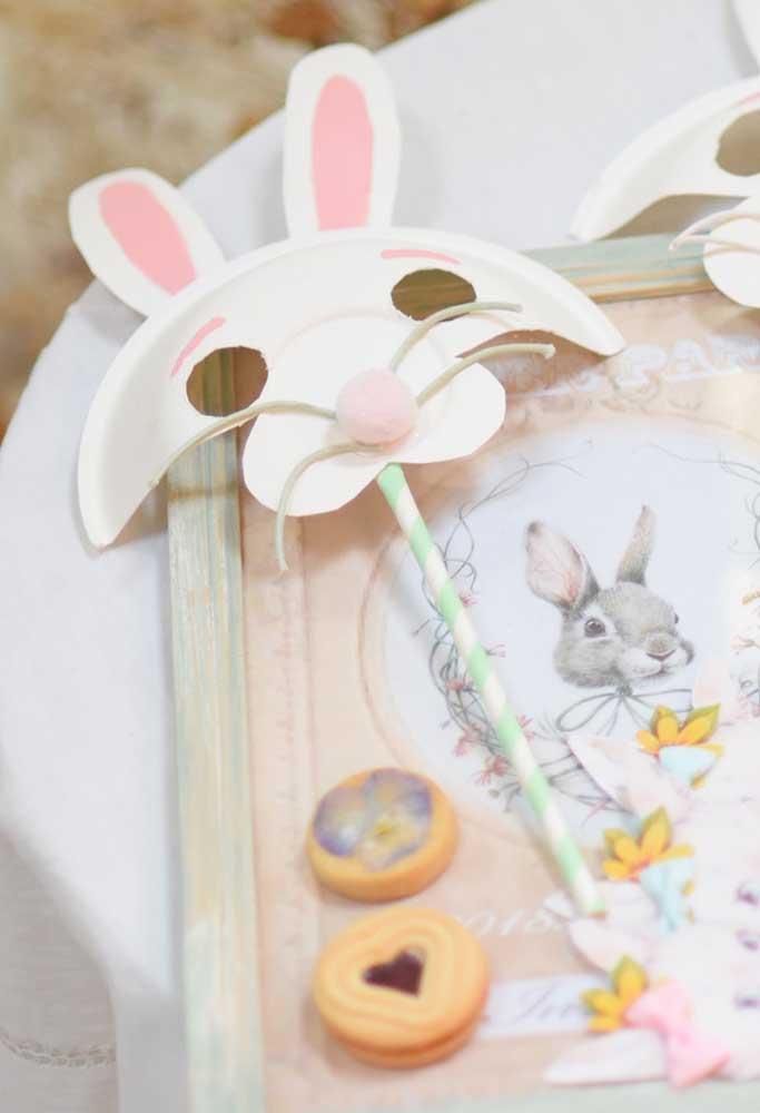 Não é um baile de máscara, mas vale incentivar os convidados a usarem a máscara do coelhinho na festa de Páscoa.