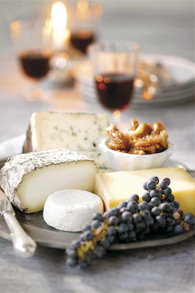 Mesa de frios simples com queijos e uvas