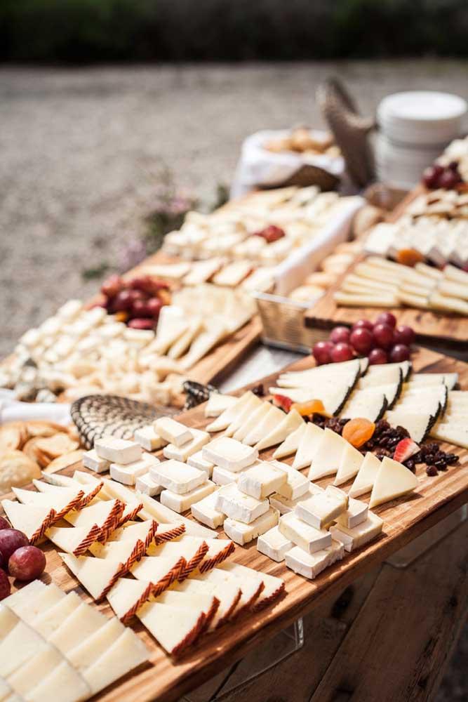 Queijos e frutas secas para a mesa de frios elegante e rústica; perfeita para casamentos e eventos sociais