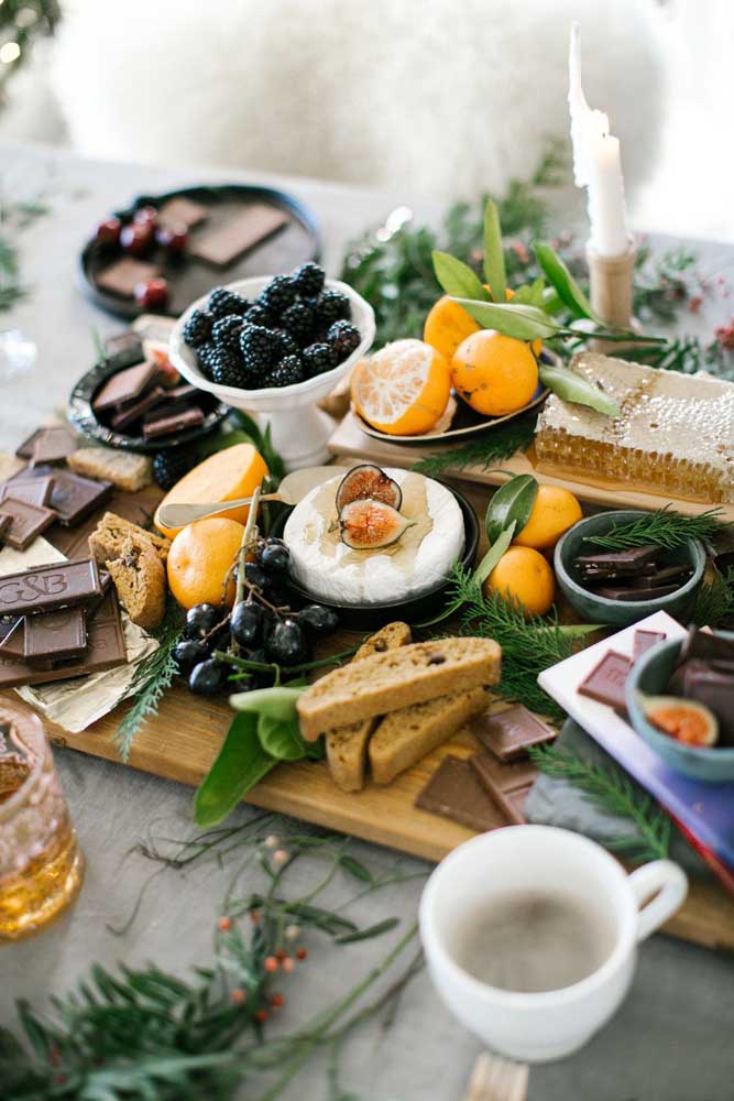 Essa mesa de frios exótica ficou perfeita com a companhia de frutas delicadas e chocolates