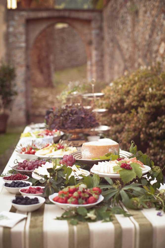 Mesa de frios para casamento ou festa de aniversário com diversas opções de queijos e frutas