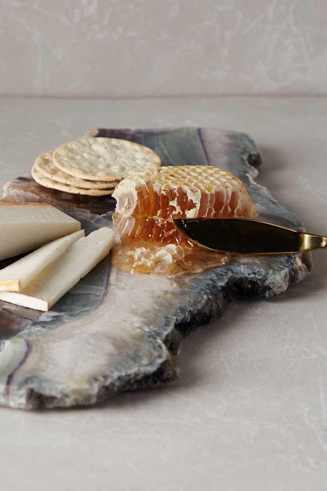 Opção simples de mesa de frios para uma recepção pequena; destaque para o mel puro servido aos convidados