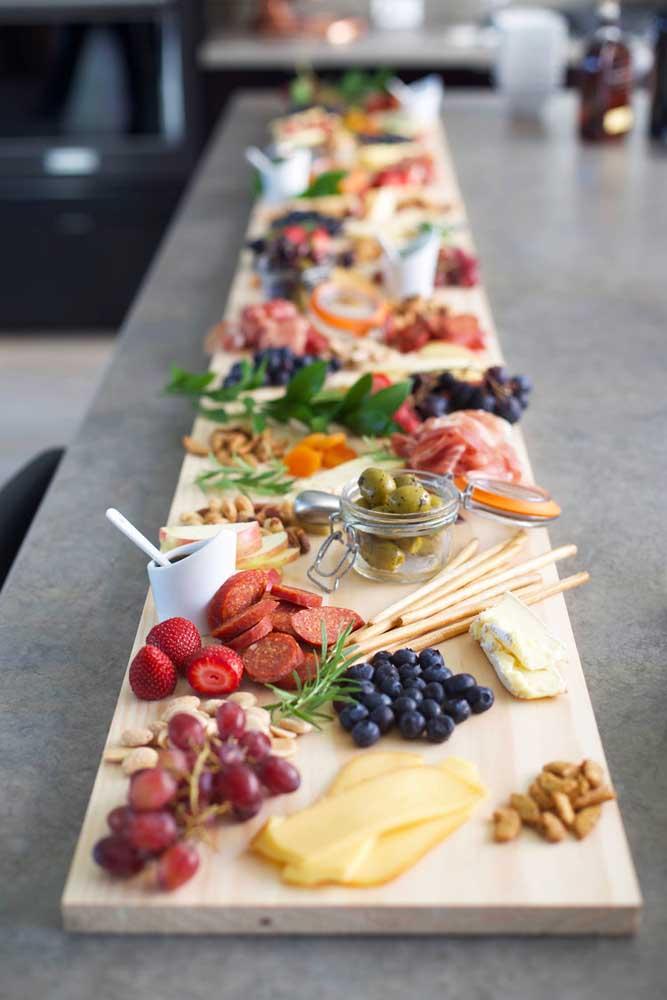 Mesa de frios elegante com frutas delicadas, queijos e embutidos