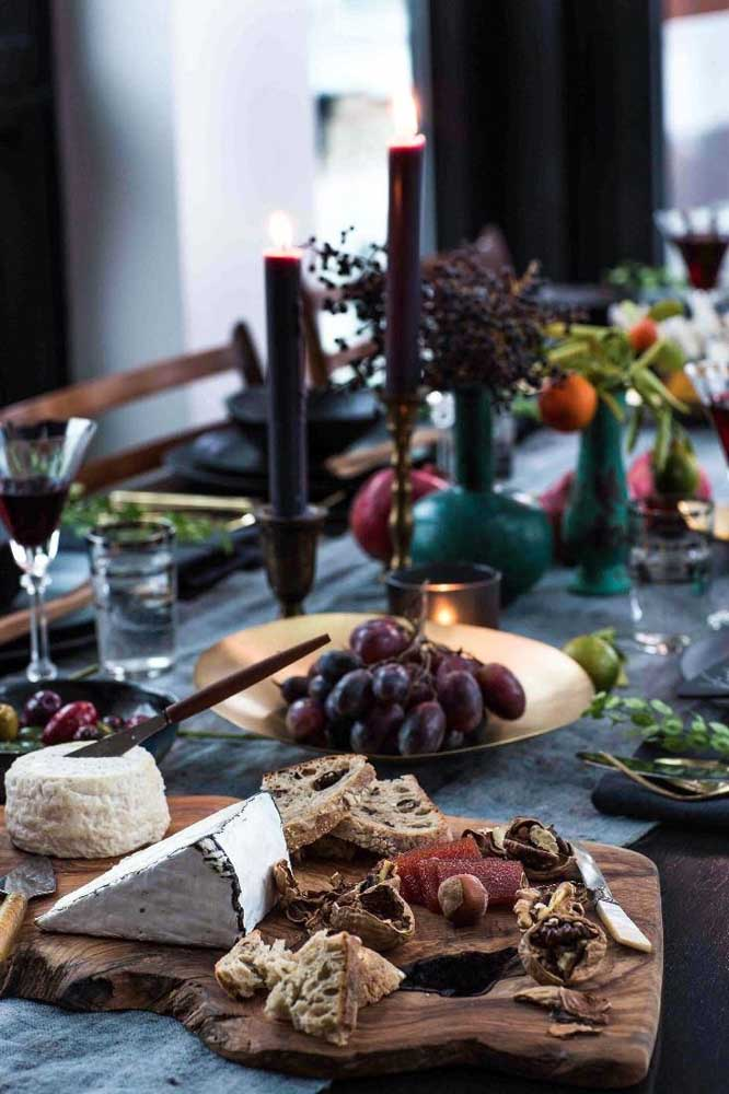 Mesa de frios elegante para recepção pequena, com queijos, frutas secas e uvas