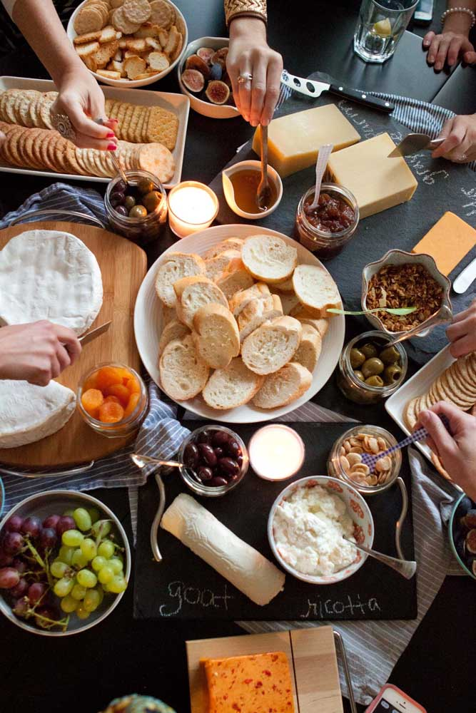 Mesa de frios com torradas, queijos, geleias, frutas secas e bolachas; total liberdade para todo mundo se servir