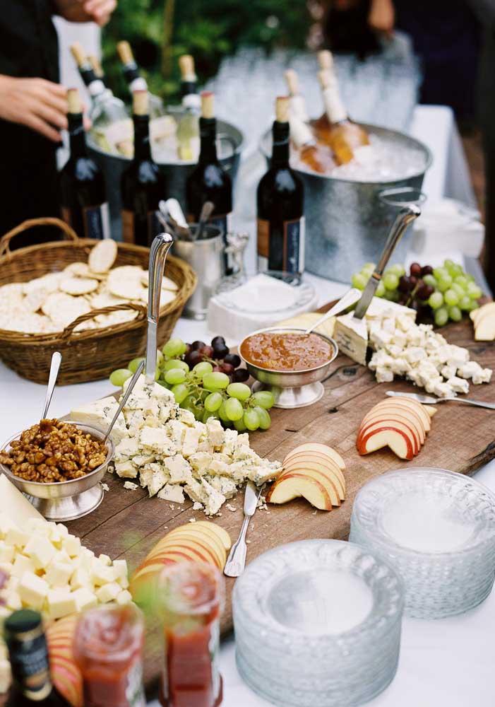 Opção de tábua de frios com queijos, frutas e castanhas; repare na disposição dos pratinhos na mesa auxiliando os convidados a se servirem