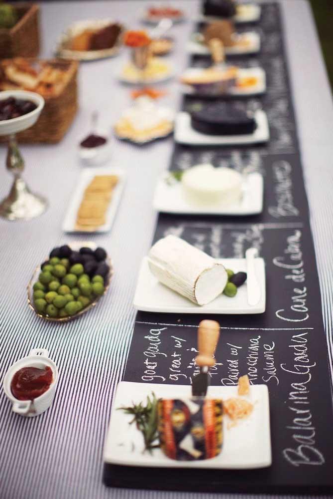 Uma ideia super bacana para a mesa de frios é descrever cada item que a compõe em um papel lousa
