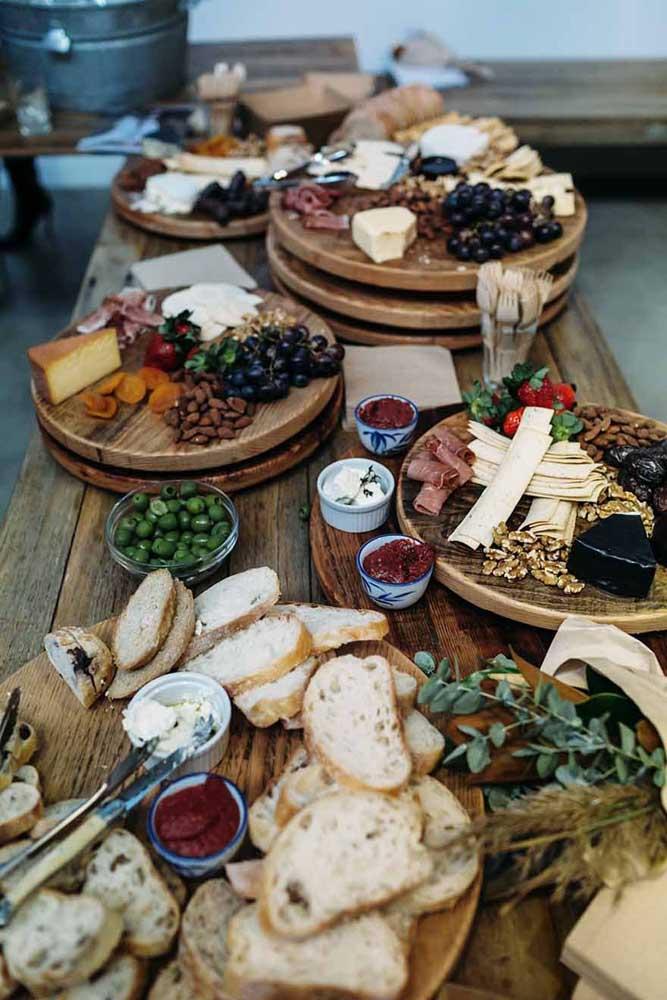 Decoração rústica para mesa de frios de casamento; queijos, embutidos, azeitonas e frutas secas integram o menu