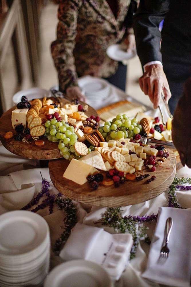 A disposição e variedade tornam essa mesa de frios encantadora; destaque para as bolachinhas, uvas e frutas cristalizadas
