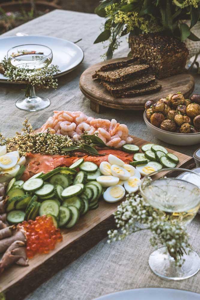 Opção elegante de mesa de frios com camarões e vegetais.